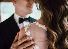 El cierre blanco y negro encima del retrato de jóvenes hermosos prepara el abarcamiento de su esposa que toca su pelo Fotografía de archivo libre de regalías