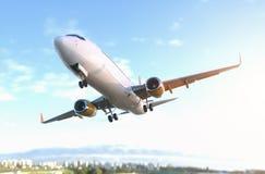 El cierre comercial del aeroplano vuela cerca foto de archivo