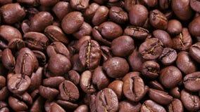 el cierre crudo 4k encima de la cantidad de girar los granos de café asados algunos enfoca almacen de video