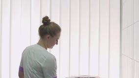 El cierre del doctor la cubierta de la centrifugadora y la gira almacen de metraje de vídeo