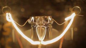 El cierre del extremo del bulbo del apagón para arriba ennegrece la luz hacia fuera que riela dentro