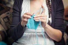 El cierre encima de la mujer cose un botón Imagen de archivo