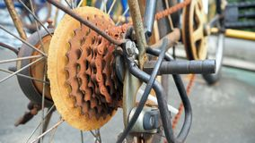 El cierre encima de la pieza de la bicicleta con el engranaje viejo del casete está oxidado El engranaje de la bicicleta está oxi fotos de archivo