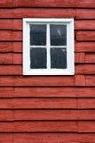 El cierre encima de la ventana blanca cuadrada inred el granero de madera. Foto de archivo libre de regalías