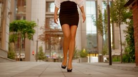 El cierre encima de las piernas femeninas camina en la área comercial de la ciudad almacen de video