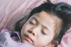 El cierre encima de lindo una pequeña muchacha asiática está durmiendo Foto de archivo libre de regalías