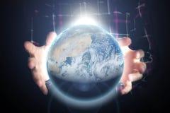 El cierre encima de sostenerse de las manos de la persona aligera la tierra del planeta, concepto del espacio Elementos de esta i imágenes de archivo libres de regalías