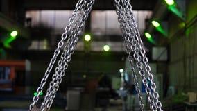 El cierre encima del gancho de la grúa levanta para arriba cadenas del metal metrajes