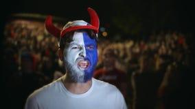 El cierre encima del grito ruso del fan disfruta al equipo preferido de la meta, muchedumbre del fondo de la persona metrajes