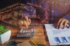 El cierre encima del hombre asiático calcula finanzas o el ahorro de las actividades bancarias Imagen de archivo
