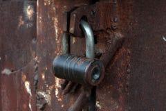 El cierre encima del metal grande aherrumbró las puertas del garaje cerradas imagen de archivo libre de regalías