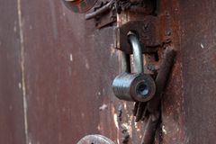 El cierre encima del metal grande aherrumbró las puertas del garaje cerradas fotografía de archivo libre de regalías