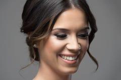 El cierre encima del retrato horizontal de la muchacha tímida tímida se ruboriza sonriendo y mirando abajo Foto de archivo libre de regalías