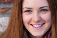 El cierre encima del retrato o una chica joven hermosa con los ojos azules sonríe Imagen de archivo