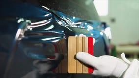 El cierre encima del tiro de las manos principales del ` s quita burbujas de aire mientras que adapta el coche almacen de video