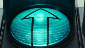 El cierre encima del tiro de un semáforo verde que le implica está listo para ir