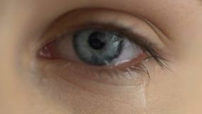 El cierre gritador del ojo de la mujer para arriba, rompe para arriba los rasgones, expresión de la tristeza del problema, dolor almacen de video