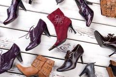El cierre instaló de los zapatos del ` s de las mujeres en la tienda Fotos de archivo