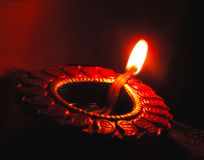 El cierre para arriba aisló la lámpara oscura de la arcilla del aceite del diwali o el panti tiró con un ángulo holandés diagonal imagenes de archivo