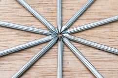 El cierre para arriba de clavos protagoniza forma en el fondo de madera Fotografía de archivo libre de regalías