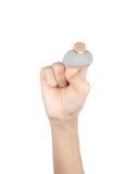 El cierre para arriba de la mano que sostiene el cosmético compone las esponjas aisladas en un fondo blanco Fotos de archivo libres de regalías
