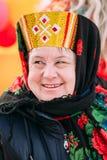 El cierre para arriba de la mujer envejecida hermosa desconocida en la gente nacional viste Imágenes de archivo libres de regalías