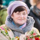El cierre para arriba de la mujer envejecida hermosa desconocida en la gente nacional viste Foto de archivo