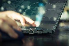 El cierre para arriba de la ranura del Internet está conectado con el ordenador Mano Fotos de archivo