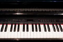 El cierre para arriba de las llaves electrónicas del piano cierra la visión frontal foto de archivo