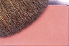 El cierre para arriba de se ruboriza polvo con el cepillo del aplicador Foto de archivo libre de regalías
