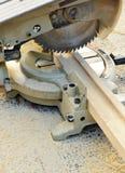 El cierre para arriba de un inglete consideró, las herramientas eléctricas de la carpintería Imagen de archivo