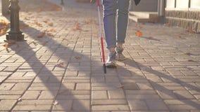 El cierre para arriba de una mujer con un bastón para la persona con deficiencias visuales está en la ciudad, MES lento metrajes