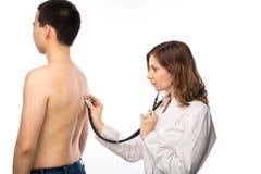 El cierre para arriba del doctor de sexo femenino asiático escucha el brea paciente mayor del ` s foto de archivo libre de regalías