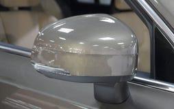 El cierre para arriba del espejo marrón de la vista posterior de SUV Imagen de archivo
