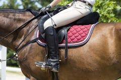 El cierre para arriba del estribo en el caballo durante la competencia hace juego Fotos de archivo