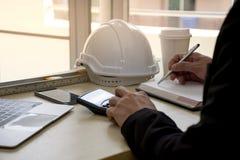 El cierre para arriba del ingeniero de diseño civil está haciendo cálculos del análisis estructural usando una calculadora cientí fotografía de archivo
