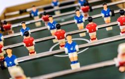 El cierre para arriba del partido del juego de fútbol de la tabla del foosball figura Fotografía de archivo libre de regalías