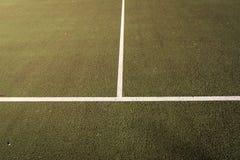 El cierre para todo clima del campo de tenis para arriba, el cruzar del servicio alinea Imágenes de archivo libres de regalías