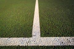 El cierre para todo clima del campo de tenis para arriba, el cruzar del servicio alinea Imagenes de archivo