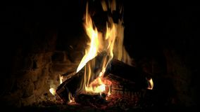 El cierre precioso acogedor satisfactorio tranquilo magnífico encima del lazo 4k tiró de la llama de madera del fuego que quemaba almacen de metraje de vídeo