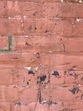 El cierre rojo sucio de la pared de ladrillo para arriba con la pintura salpica imagen de archivo libre de regalías
