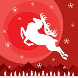 El ciervo salta sobre las montañas contra la perspectiva del sol stock de ilustración