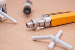 El cigarrillo electrónico substituye los cigarrillos regulares Fotografía de archivo libre de regalías