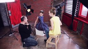 El cineasta en el sistema comunica con los modelos jovenes almacen de video