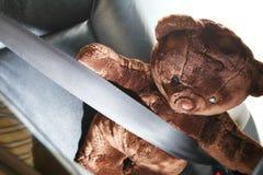 El cinturón de seguridad en la acción de la cerradura con la muñeca del oso Imágenes de archivo libres de regalías