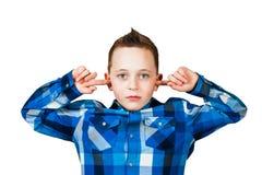 El ciose hermoso del muchacho sus o?dos ignora ruido Aislado en el fondo blanco fotos de archivo libres de regalías