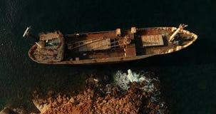 El circundar sobre la nave inundada sobre la cual los pájaros vuelan almacen de metraje de vídeo