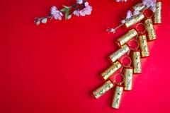 El ciruelo chino de las decoraciones del festival del Año Nuevo florece en rojo con Foto de archivo libre de regalías