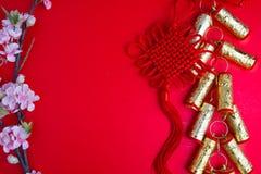 El ciruelo chino de las decoraciones del festival del Año Nuevo florece en rojo con Imágenes de archivo libres de regalías