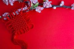 El ciruelo chino de las decoraciones del festival del Año Nuevo florece en rojo con Imagen de archivo libre de regalías